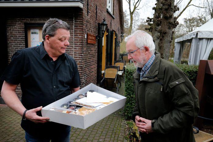 Hans Ultee  (links) is eigenaar van Boerderij De Middenhof  en heeft met een aantal andere horecagelegenheden in Nieuwegein de wandel- en fietsroute uitgestippeld. Deelnemers aan die route kunnen op die locaties diverse gerechten afhalen.