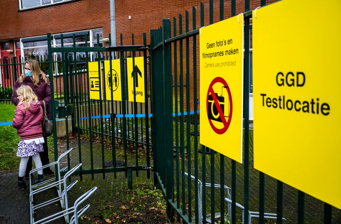 In Bergschenhoek op de Willibrordschool, waar de Britse mutant van het coronavirus opdook, wordt druk getest door de GGD Rotterdam.