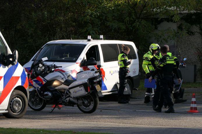De politie tijdens een grote verkeerscontrole in Enschede waarbij in totaal 110 boetes zijn uitgeschreven aan onder meer te hard rijdende bestuurders.