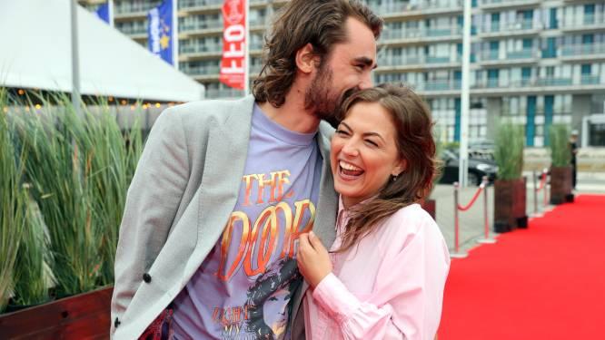 IN BEELD. Dolverliefde Frances Lefebure en Boris Van Severen poseren voor het eerst samen op filmpremière 'Mijn vader is een saucisse'