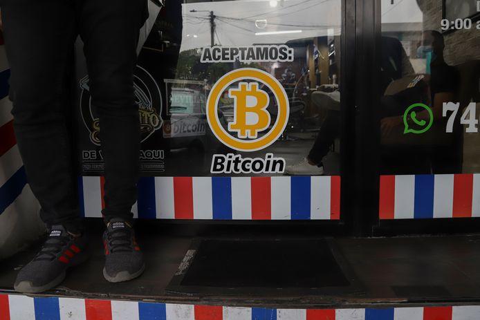 'Wij accepteren Bitcoin' valt er te lezen op de deur van een kapperszaak in Santa Tecla.