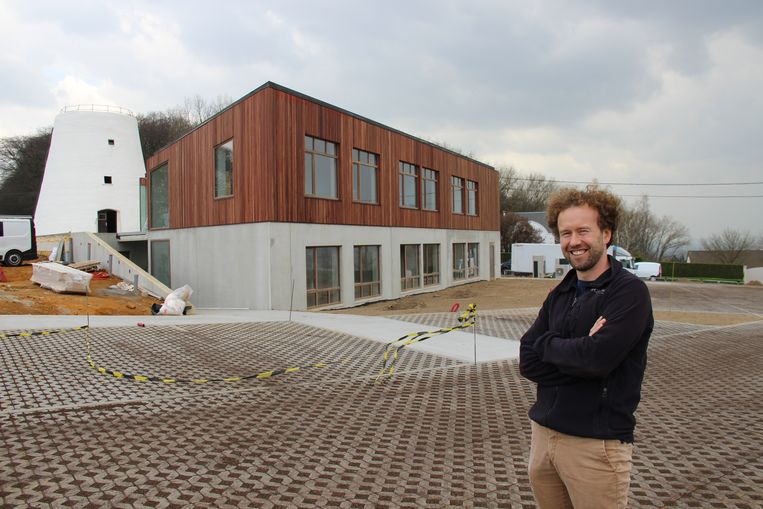 Pieter Loose voor zijn Sporthotel dat pas in het paasweekend opent.