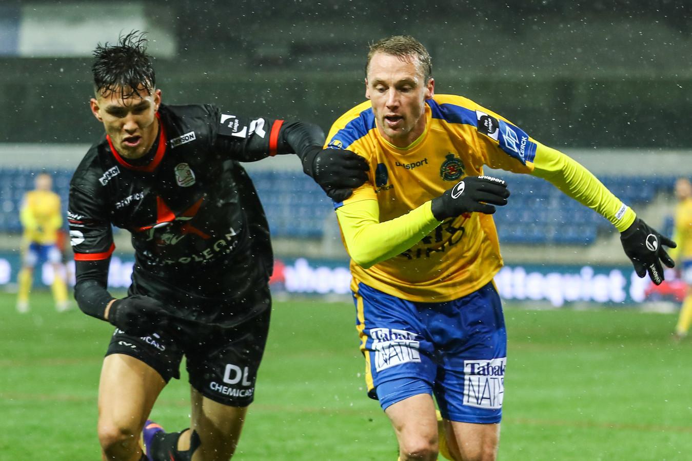 """Nikos Kainourgios (l.) maakte het debuut van Felix Bastians in de Jupiler Pro League tot een nachtmerrie. Zelf was de Griek in de wolken natuurlijk: """"Maar ik blijf toch in de eerste plaats een linkerflankspeler, hoor."""""""