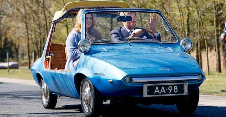 Koning Willem-Alexander eert grootouders met blauwe Daf Kini tijdens Koningsdag Beeld ANP