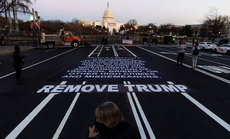 Een banner op de grond voor het Capitool in Washington DC. Beeld EPA
