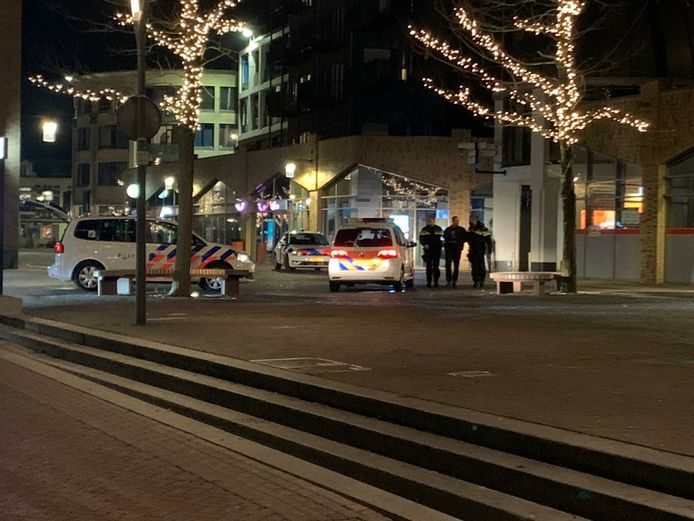 De politie hield gisteravond in de Almelose binnenstad de initiatiefnemer van een verboden demonstratie tegen de avondklok aan.