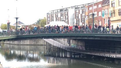 Buurtbewoners feesten op de geknipte Bargiebrug