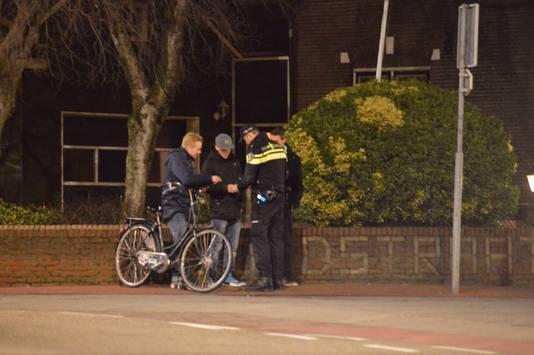 Politieagenten controleren jongeren in het centrum van De Lier