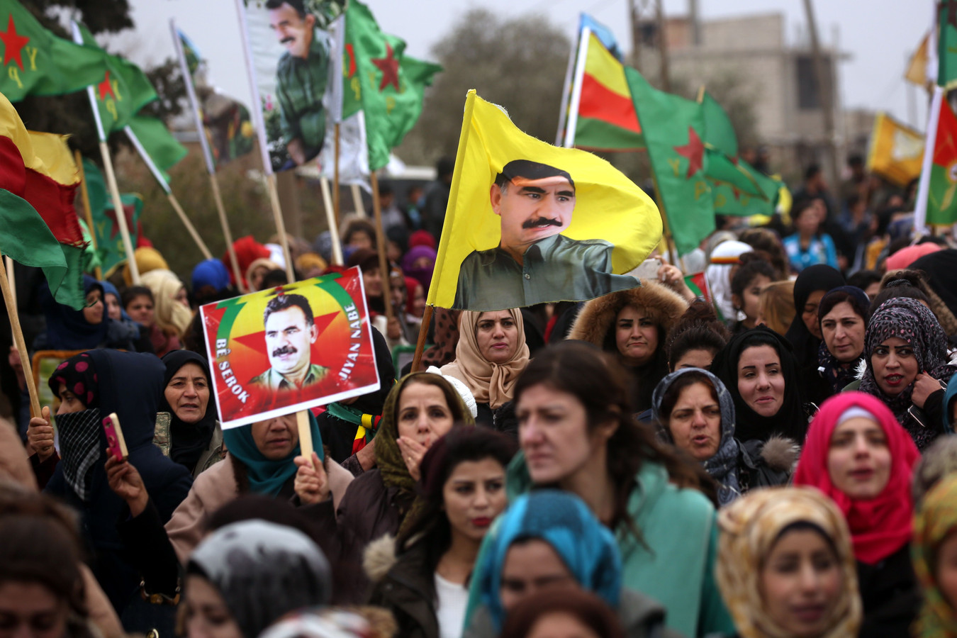 Syrische Koerden protesteren tegen de Turkse inval met een portret van PKK-leider Abdullah Öcalan, die in Turkije een levenslange gevangenisstraf uitzit.