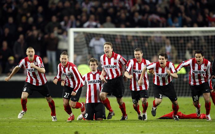 Vreugde bij de spelers van PSV nadat doelman Heurelho Gomes de beslissende penalty van Tottenham-speler Pascal Chimbonda heeft gekeerd.
