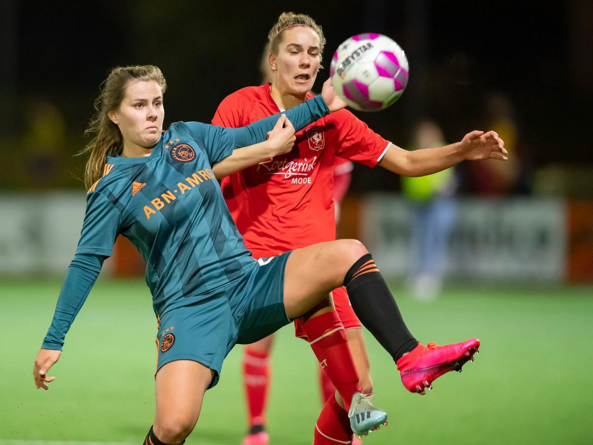 Victoria Pelova (l) van Ajax en Lysanne van der Wal van FC Twente.