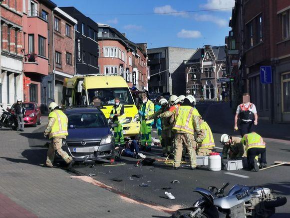 De bromfietser raakte gekneld onder de auto na een frontale aanrijding.