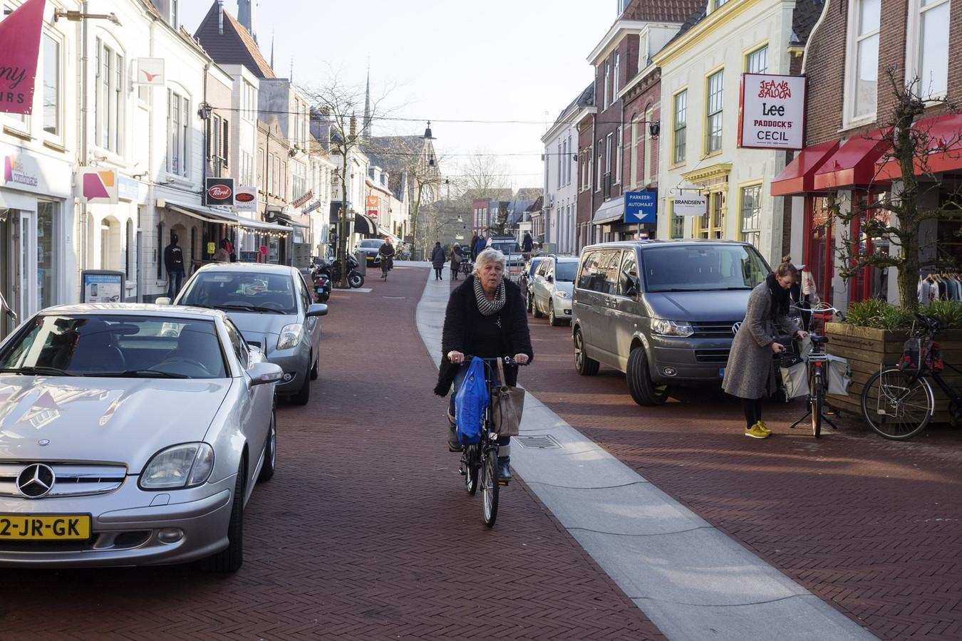 Eén van de maatregelen die Detailhandel Nederland voorstelt om meer klanten naar winkelstraten te trekken, is het verlagen van parkeertarieven.