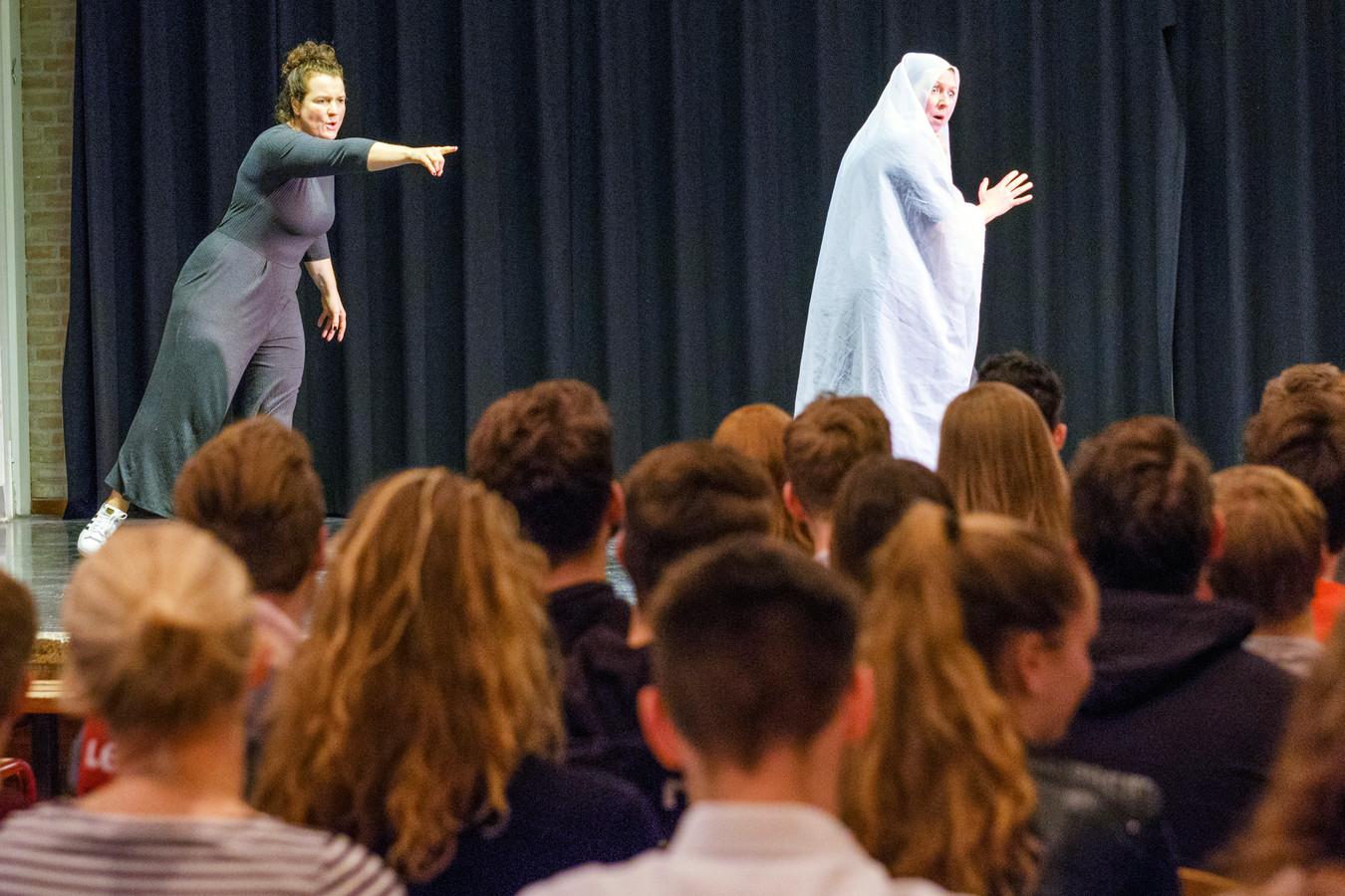 Op het Kalsbeek College in Woerden is er een theatergroep voor gymnasiumleerlingen.