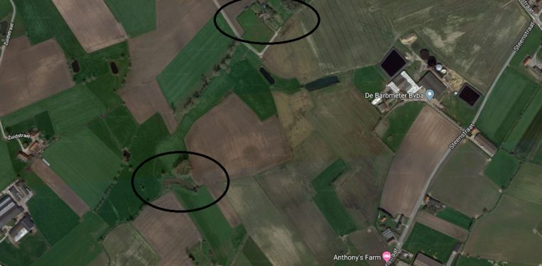 Een kaart van de omgeving rond het erf van Gilbert Verplancke in de Torneelstraat in Koekelare. In de ovaal bovenaan de kaart ligt zijn woning, in de ovaal linksonder werd het lichaam gevonden.