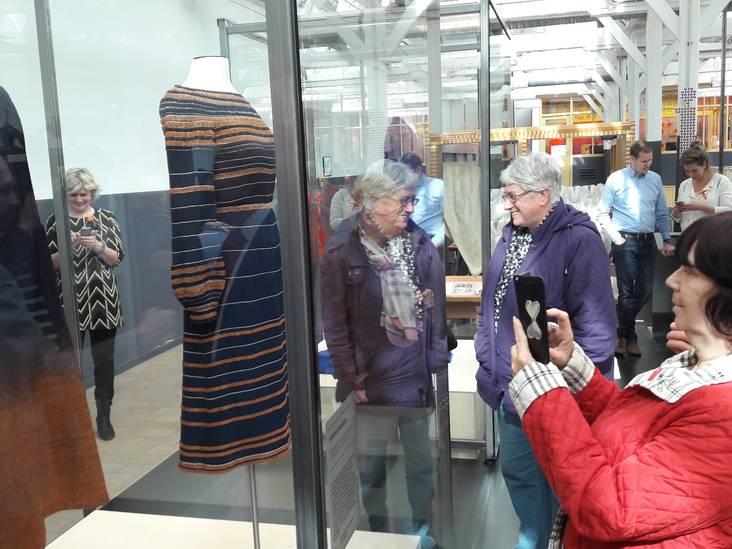 VIDEO: Publiek vergaapt zich aan mantel en japon Maxima in Textielmuseum