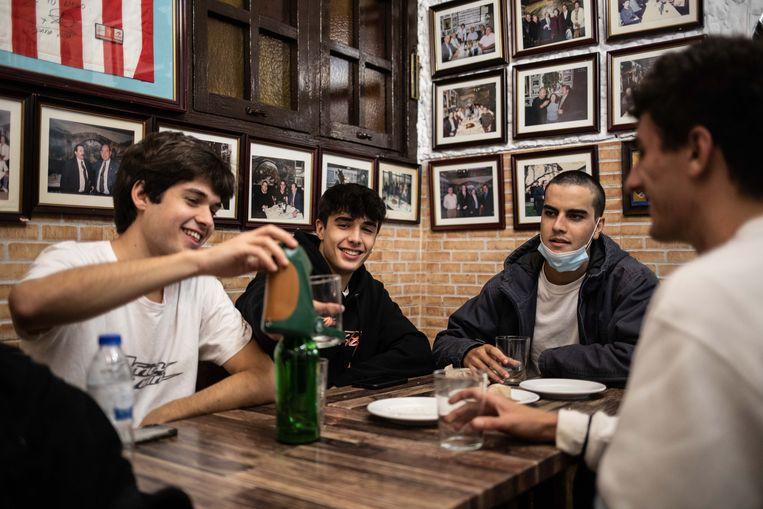 Madrilenen aan tafel. Beeld Cesar Dezfuli