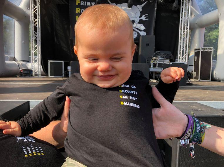 Lemme - het zoontje van twee vrijwilligers - is de mascotte van het festival. 'Head of security van het ballenbad' staat op zijn t-shirt