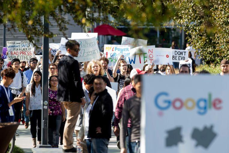 Medewerkers van Google protesteren in november 2018 bij het hoofdkantoor van het bedrijf in Mountain View (Californië) tegen de wijze waarop Google de zaak tegen het wangedrag van leidinggevenden behandelde. Beeld AP