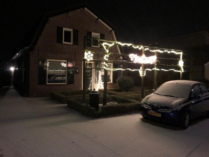Kerstversiering krijgt een extra lading met een laag sneeuw, zoals hier in Leende.