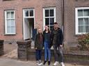 De opgeknapte en verbouwde kapelanie aan de Begijnenstraat in Oss met drie van de zes nieuwe bewoners: (vlnr) Zoë van Hillo, Ilse van der Lee en Luc Geurts.