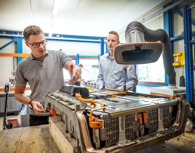 Jasper Baltus (links) bij een oude batterij uit een elektrische auto.