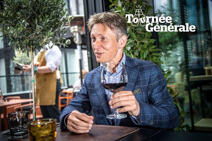 Helmut Lotti geniet van een glas rode wijn op een terras in Durbuy.