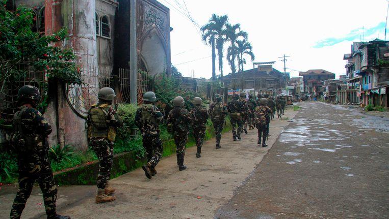 Filipijnse troepen aan de frontlinie in Marawi. Beeld afp
