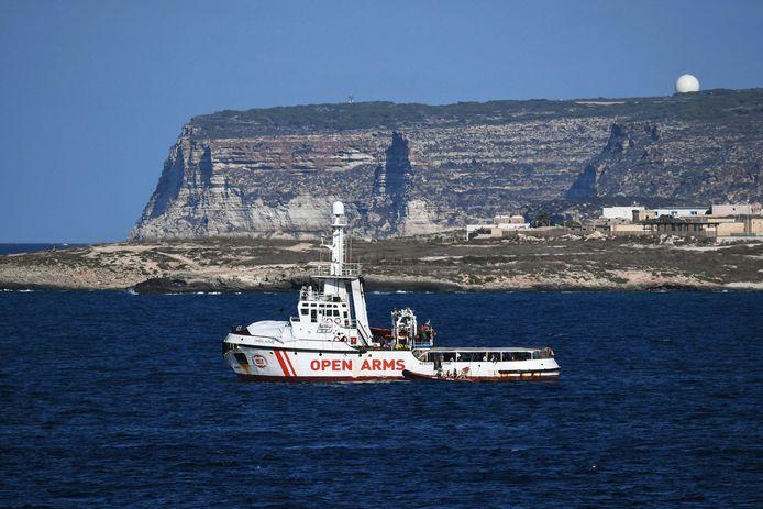 Matteo Salvini est accusé de séquestration de personnes et d'abus de pouvoir pour avoir interdit le débarquement de 147 migrants secourus en mer par l'ONG Open Arms en août 2019 et refusé pendant six jours d'accorder un port sûr au navire de l'ONG espagnole.