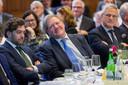 Sylvester Eijffinger (midden), emeritus hoogleraar financiële economie van de Tilburg University.
