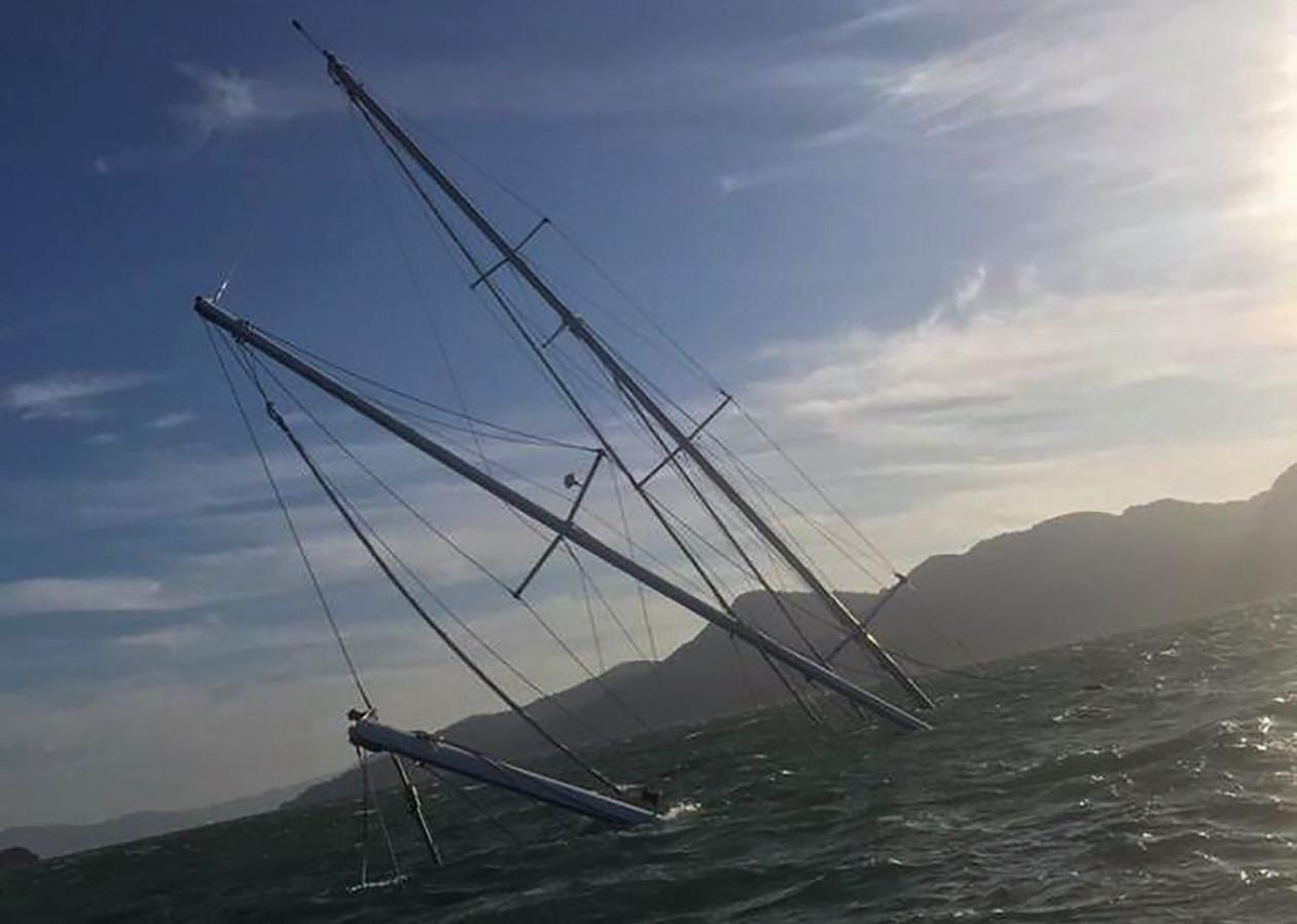 Construit à Toulon pour le navigateur Alain Colas en 1976, le yacht est surtout connu pour avoir appartenu à Bernard Tapie dans les années 1980 et 1990.