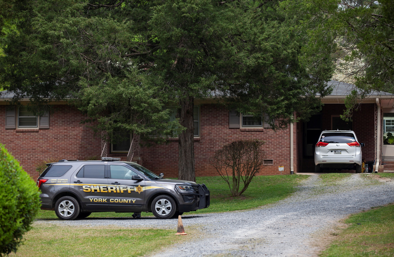 Politie bij het huis van Phillip Adams in Rock Hill, nadat de voormalige American footballspeler vijf mensen doodde en vervolgens zichzelf van het leven beroofde.