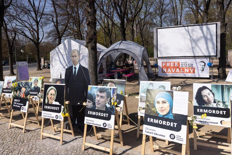 Posters van Poetin en vermoorde of vergiftigde opponenten staan in Berlijn als protest voor oppositieleider Navalny.  Beeld Getty Images