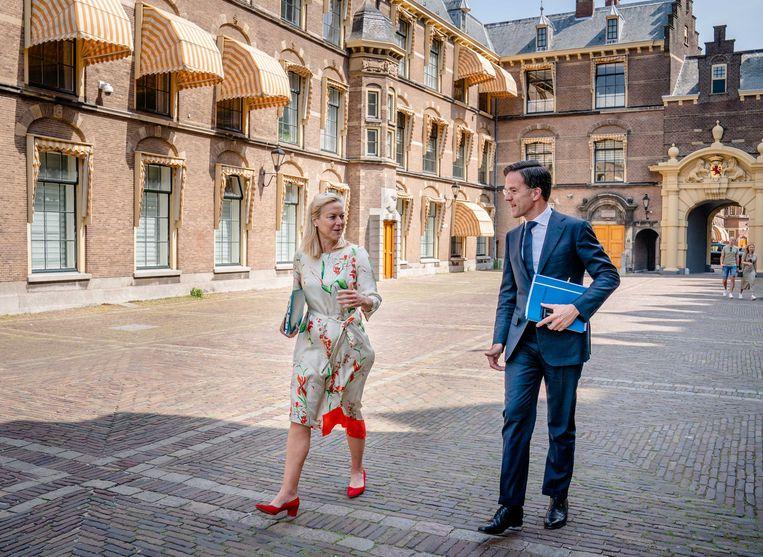 Fractieleiders Mark Rutte (VVD) en Sigrid Kaag (D66) op het Binnenhof voor aanvang van hun gesprek met informateur Mariëtte Hamer.  Beeld ANP