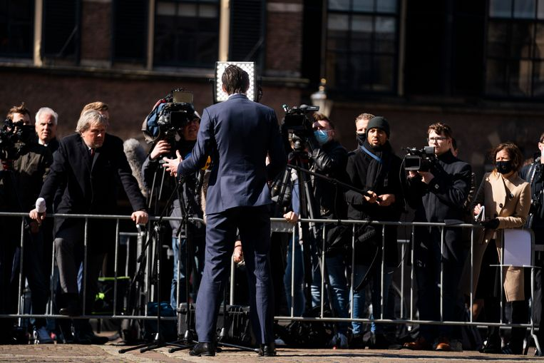 Wopke Hoekstra staat de pers te woord na een gesprek met informateur Herman Tjeenk Willink. Beeld Freek van den Bergh /de Volkskrant