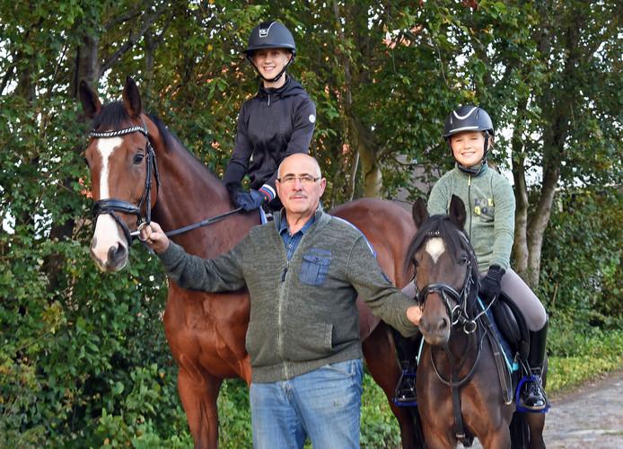 Voorzitter Paul Burm tussen zijn paarden en kleindochters, Myrthe (12) op paard Ginger en Yfke (8) op pony Catootje.