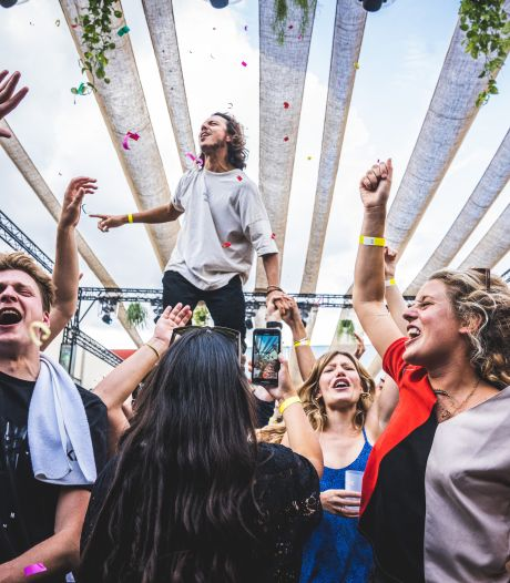 """""""Pure extase"""": honderden mensen dansen, kussen en schuren tussen de hallen van Flanders Expo op testevent in Gent"""