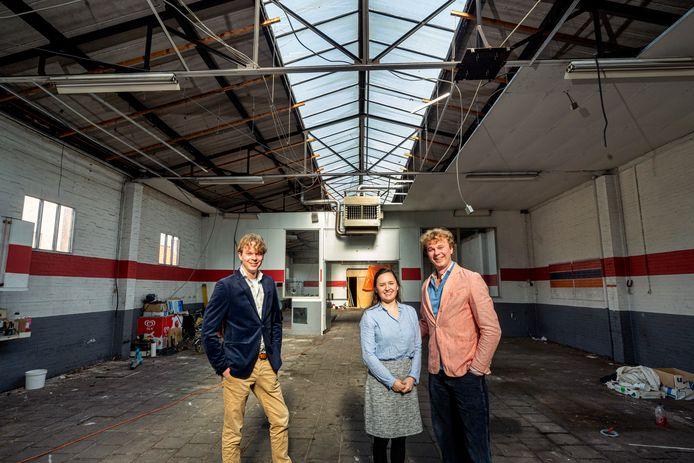 Pieter Lok, Mary Kate Hart en Jaap Lok achter in hun pand, op de plek waar de bed and breakfast komt. In het dak komt nieuw glas.