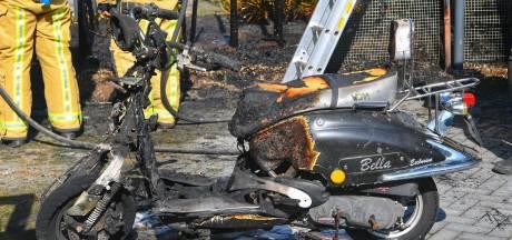 Onkruid wegbranden gaat fout, scooter in brand in Duizel