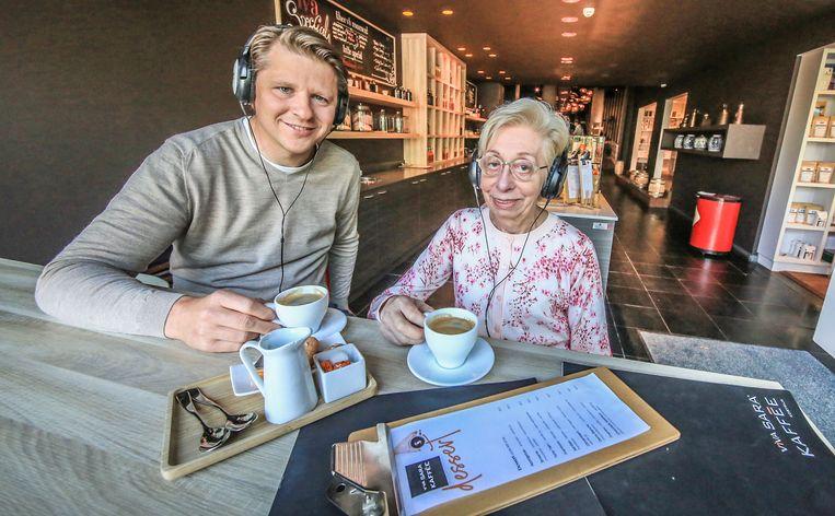 Cultuurschepen Axel Ronse (N-VA) en medezaakvoerster Catherine Pattyn van Viva Sara Kaffée genieten van koffie met audio.