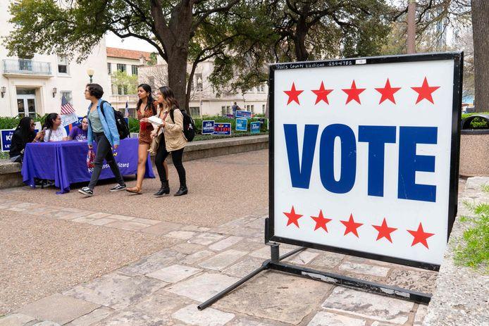 Studenten in Texas op een universiteitscampus waar gestemd kan worden.