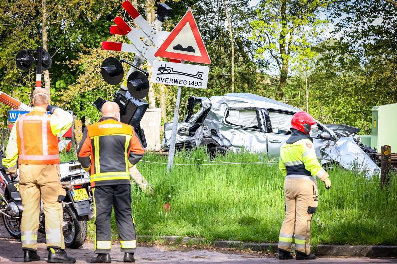 Het wrak van de auto na de aanrijding op de spoorwegovergang in Groningen.
