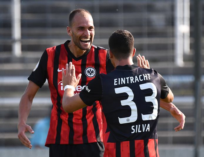 Aangever Bas Dost viert de 0-1 in de bekerwedstrijd tegen 1860 München met doelpuntenmaker André Silva.
