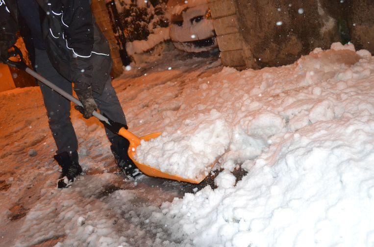 Nu al bakken sneeuw in Frankrijk: een bewoner van Saint-Jean Bonnefonds, nabij Saint-Étienne, moet scheppen.  Beeld AFP