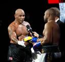 Tyson schudt de hand van Jones.