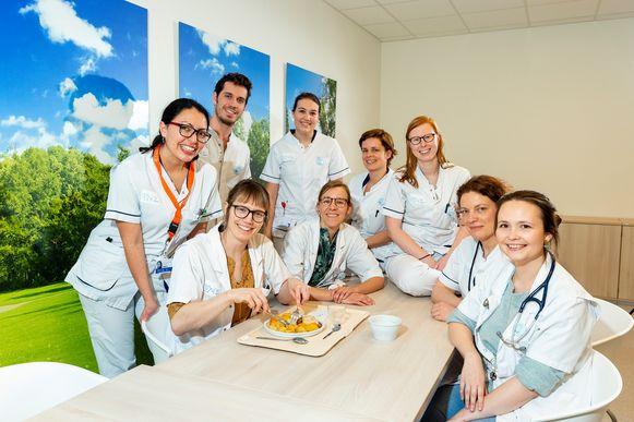 Hematologe Ine Moors - met het 'kiemvrije' bordje met kip en gebakken aardappelen - wil het dieet de hele maand volhouden, samen met twee andere dokters en zes verpleegkundigen van het UZ Gent.