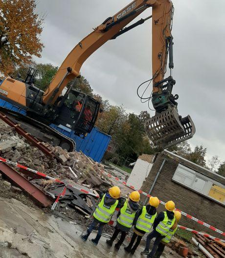 Wethouder Van Ginderen hapt stuk muur uit school in Wouw
