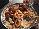 Van bovenaf, met de klok mee: Kipkluifjes, kipsaté, inktvisringen, albondigas en falafel.