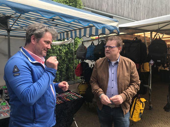 Jan Pleiter, voorzitter van de marktvereniging, en wethouder Henk Jan Tannemaat op de eerste zaterdagmarkt in Winterswijk.