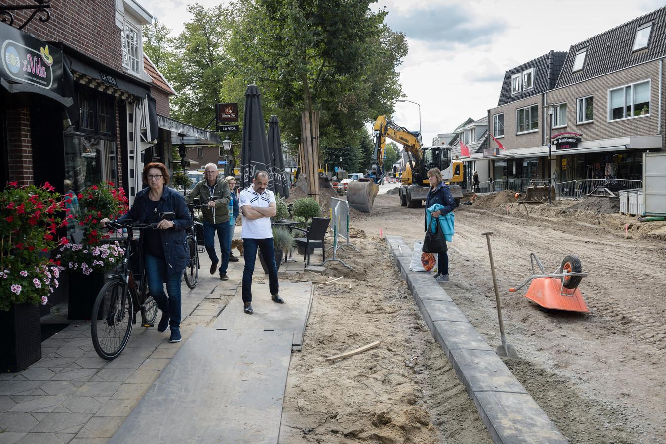 Bij de herinrichting verdwijnen aan de Enterse Dorpsstraat zeker enkele tientallen parkeerplaatsen.